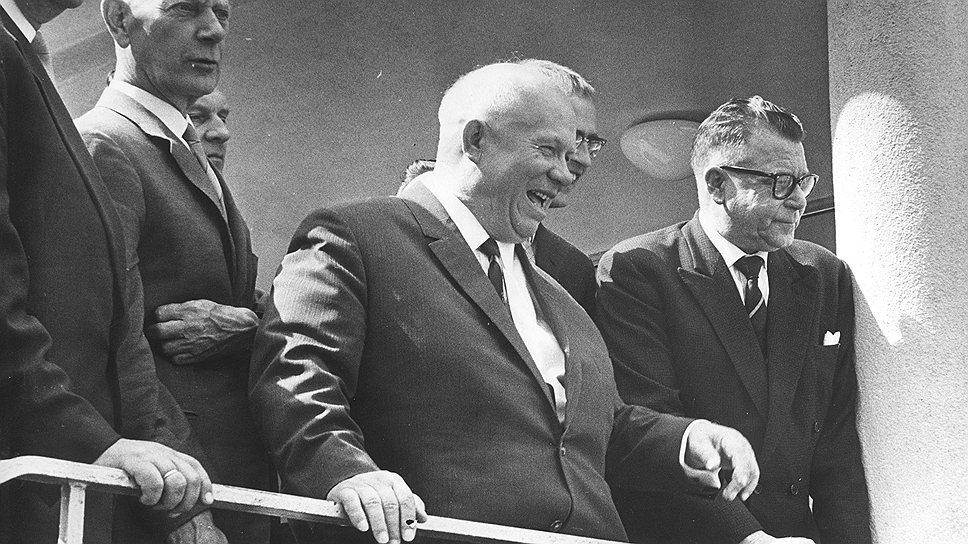 Как только Хрущев осознал, что затраты на обслуживание внутреннего госдолга скоро превысят поступления от займов, он предложил трудящимся проявить сознательность и простить долги государству.